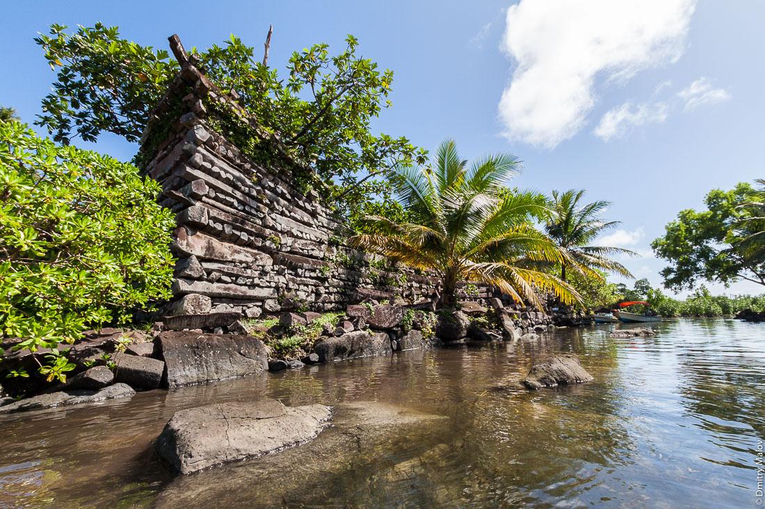Стены древнего города Нан-Мадола, остров Понпеи, Микронезия, Океания, Тихий океан. Nan Madol walls, Pohnpei, Micronesia, Oceania, South Pacific