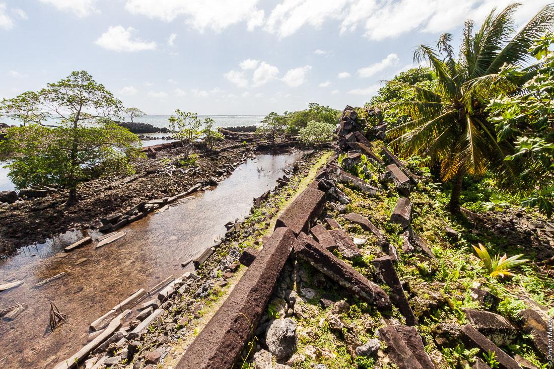 Каналы и набережные Нан-Мадола; Нан-Дувас, центральная часть города; остров Понпеи, Микронезия, Океания, Тихий океан. Nan Madol channels and embankments, at Nandauwas, Pohnpei, Micronesia, Pacific, Oceania