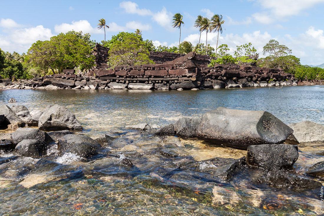 Развалины древнего каменного города Нан-Мадол, остров Понпеи, Микронезия, Океания, Тихий океан. Nan Madol ruins, Pohnpei, Micronesia, Oceania, Pacific