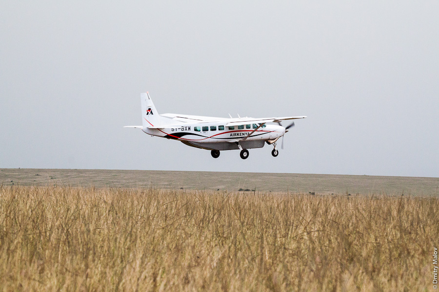 Amboseli Airport, Kenya safari, Africa. Airplane AirKenya Cessna Caravan-208B 5Y-BXW. Самолёт в национальном парке Амбосели, Кения, Африка.