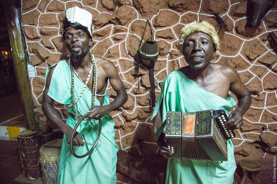 Анимация в лодже, Кения, Африка. Гармошка, гармонь, баян, негры. Entertainment in a Kenyan lodge, Africa. Accordion, ebony, black people.