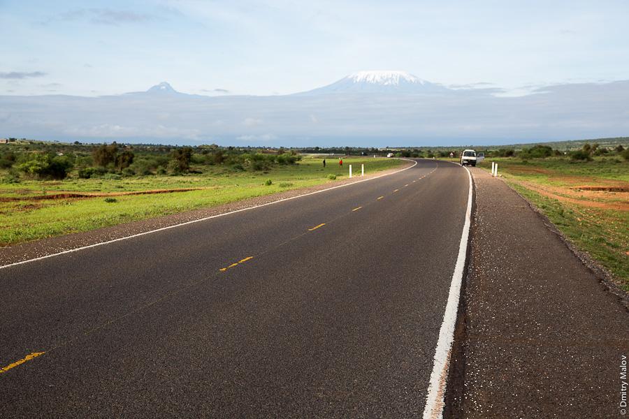 Килиманджаро и асфальтированная дорога, вид из парка Амбосели, Кения, Африка. Kilimanjaro, a view from Amboseli park, Kenya, Africa.