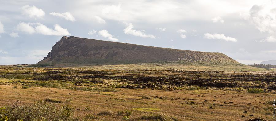 Вид на вулкан Рано Рараку, остров Пасхи (Рапа-Нуи). View of Rano Raraku volcano, Easter Island (Rapa Nui)