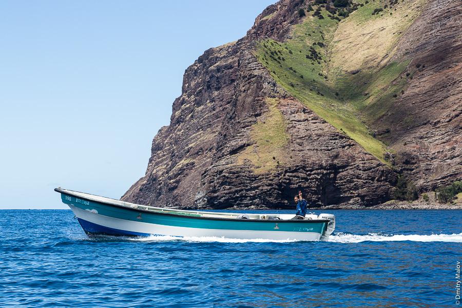 Местный житель несётся на моторной лодке, Остров Робинзона Крузо, архипелаг Хуан-Фернандес, Чили. A local on a motor boat, Robinson Crusoe Island (Más a Tierra), Juan Fernández Islands, Chile