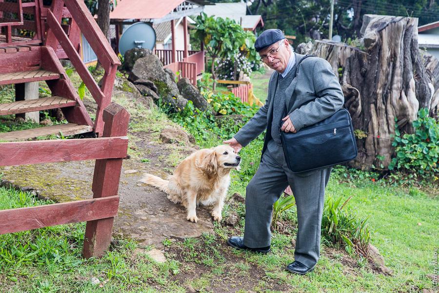 Местный житель и собака, на улице города Сан-Хуан-Батиста, остров Робинзона Крузо, архипелаг Хуан-Фернандес, Чили. A local with a dog, on a San Juan Bautista town street, Robinson Crusoe Island (Más a Tierra), Juan Fernández Islands, Chile