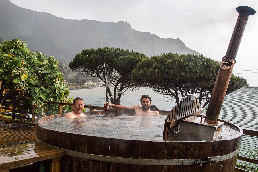 геологи парятся в бочке с горячей водой офуро под открытым небом, Остров Робинзона Крузо, архипелаг Хуан-Фернандес, Чили