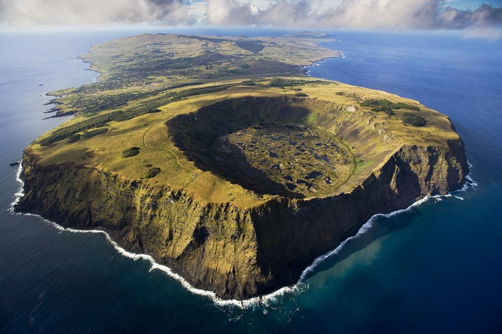 Вулкан Рано-Кау, остров Пасхи (Рапа-Нуи), вид с самолёта, аэрофотосъёмка. Rana Kau Vulcano aerial view, Easter Island, Rapa Nui. Photograph by Yann Arthus-Bertrand