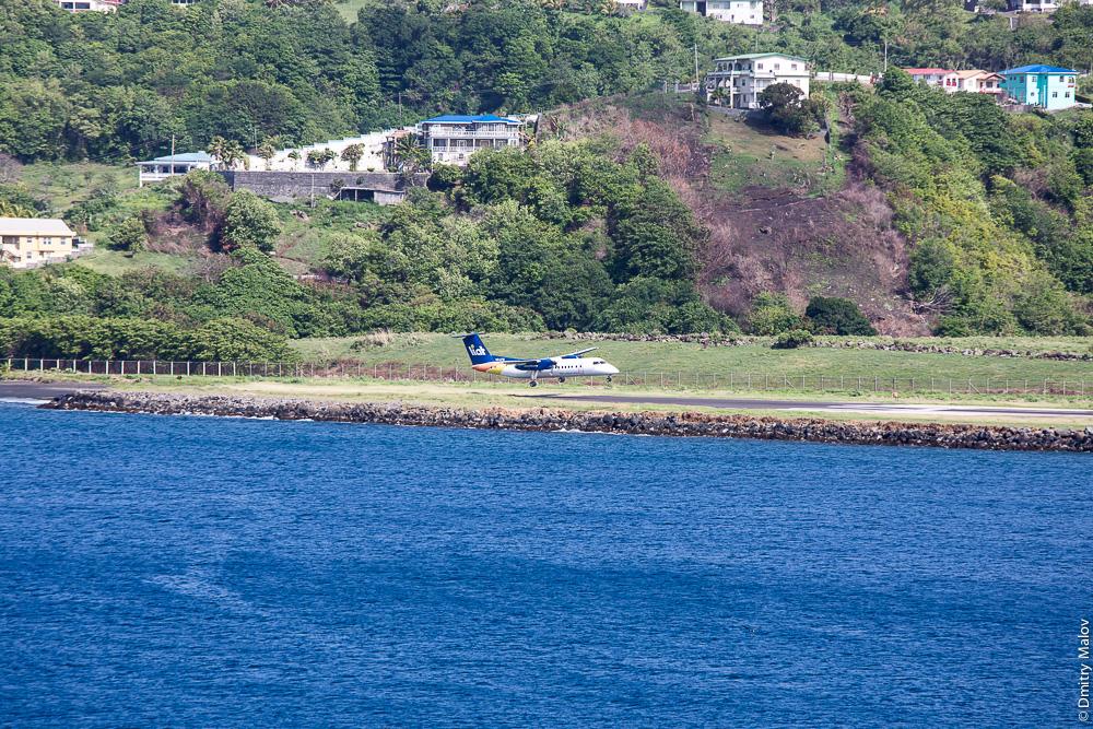 Посадка самолёта авиакомпании Liat на остров Сент-Винсент. Аэро-фото