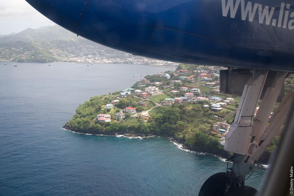 Посадка самолёта авиакомпании Liat на остров Сент-Винсент. город Кингстаун. Аэро-фото