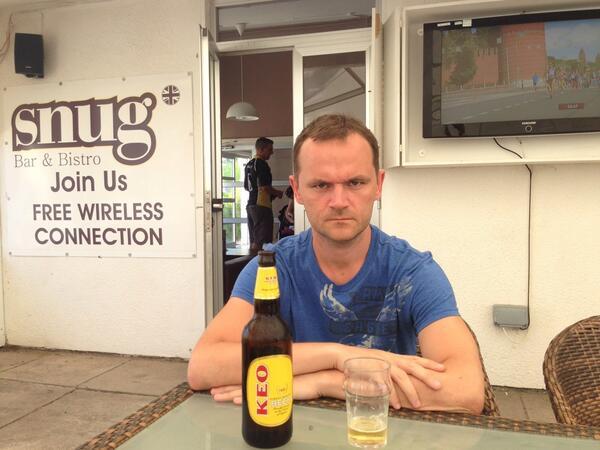 Пётр Дидиденко пьёт пиво в баре Snug Bar & Bistro, Dhekelia, Cyprus. Британские суверенные военные базы (Декелия), Кипр
