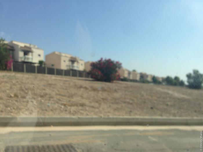 Британские суверенные военные базы (Акротири и Декелия), Кипр, мутное фото коттеджного посёлка в районе Декелия