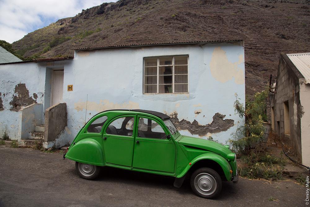An antique car, Jamestown, Saint Helena Island. Антиквартная машина, Джеймстаун, остров Святой Елены