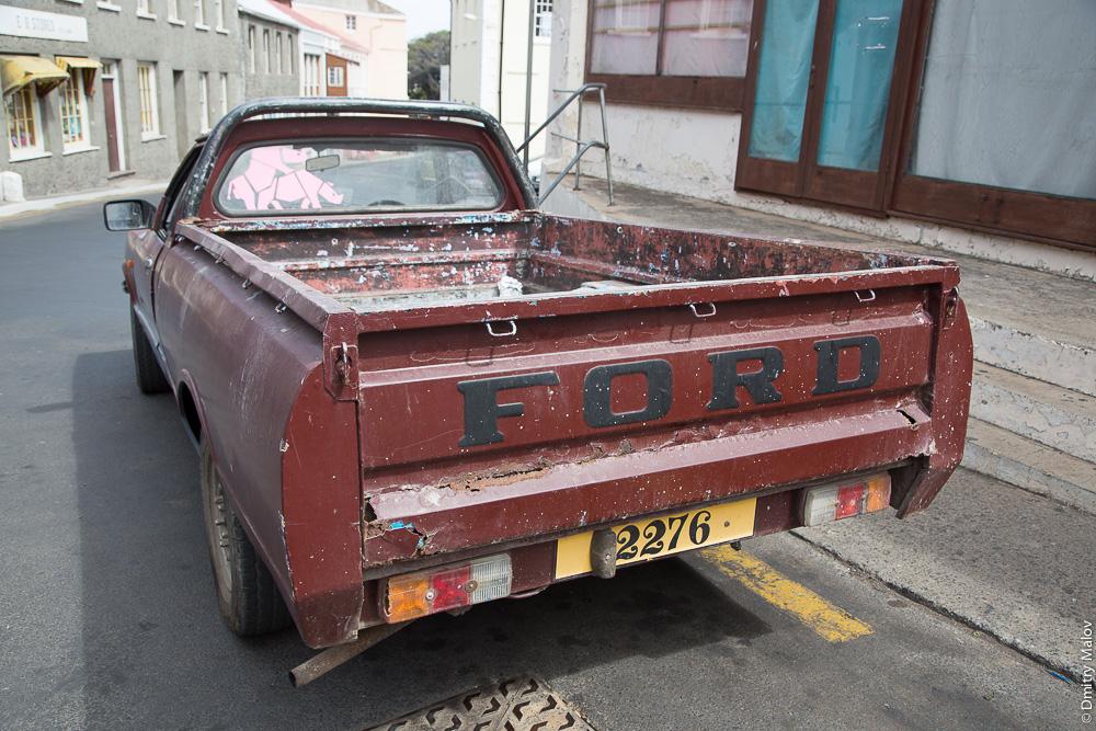 An antique car and a license plate, Jamestown, Saint Helena Island. Антиквартная машина и номера, Джеймстаун, остров Святой Елены