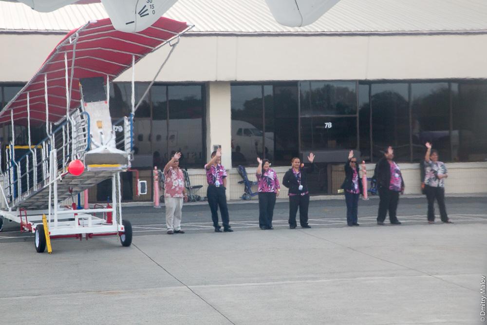 Сотрудники авиакомпании Island Air выходят из терминала и машут провожая каждый рейс: это не гнусный маркетинг, это гавайское Aloha.