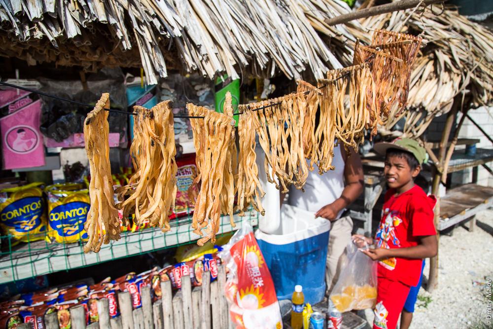 Уличная еда и снэки. Ларёк. Южная Тарава, Кирибати, Микронезия. А food and snacks stall. South Tarawa, Kiribati, Micronesia.