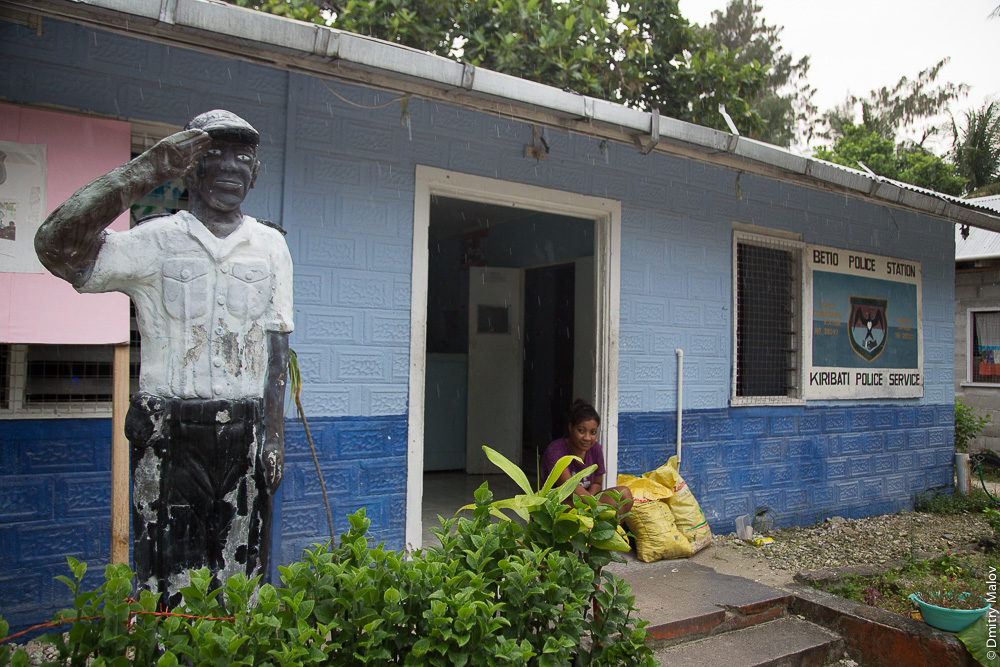 Полицейский участок Бесо. Облупленная раскрашенная гипсовая фигура полицейского. Painted plaster figure of a policeman. Атолл Тарава, Кирибати, Микронезия. Betio police station. Tarawa atoll, Kiribati, Micronesia.