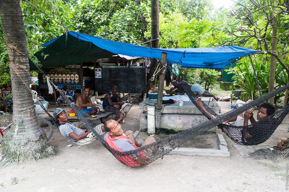 Местные жители отдыхают в гамаках. Кирибати, Микронезия. Locals rest in hammocks. Kiribati, Micronesia.