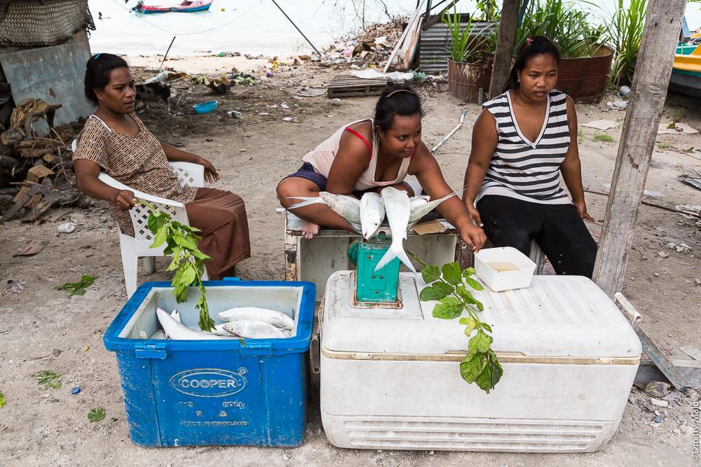 Местные жительницы продают свежую рыбу. Южная Тарава, Кирибати, Микронезия. Local women selling fresh fish. South Tarawa, Kiribati, Micronesia.