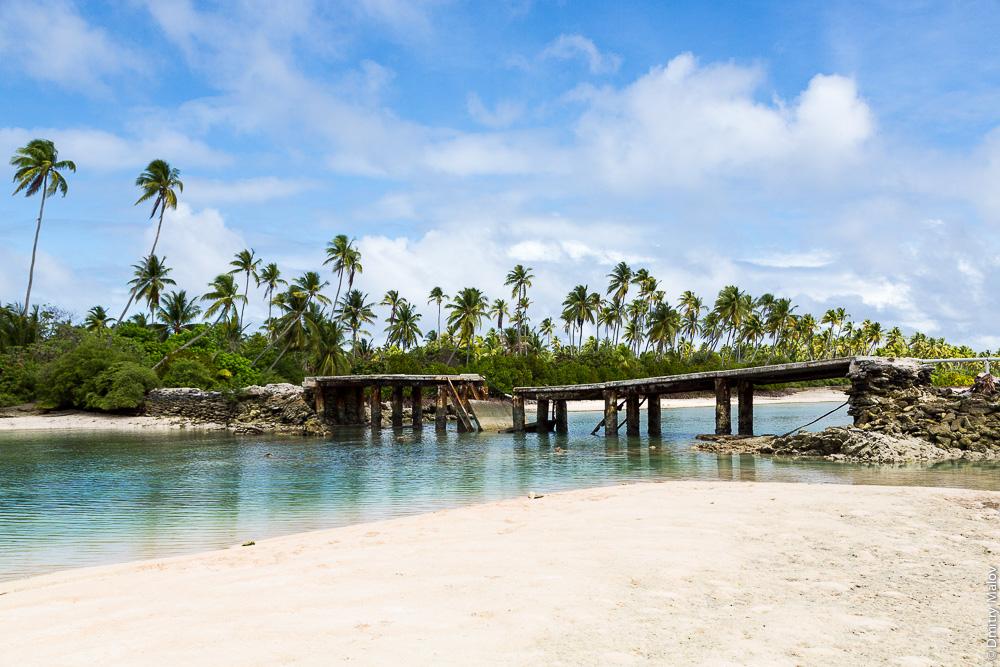 Дорога вокруг атолла Тарава. Разрушенный мост между островками моту в Северной Тараве. The main road around Tarawa atoll. A broken bridge between islets (motu) in North Tarawa. Кирибати, Микронезия. Kiribati, Micronesia.