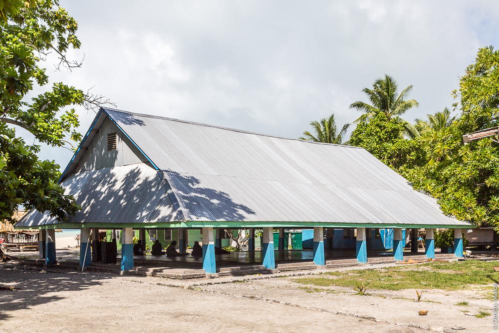 Традиционный общественный дом — манеаба. Maneaba — traditional meeting house. Атолл Тарава, Кирибати, Микронезия. Tarawa atoll, Kiribati, Micronesia.