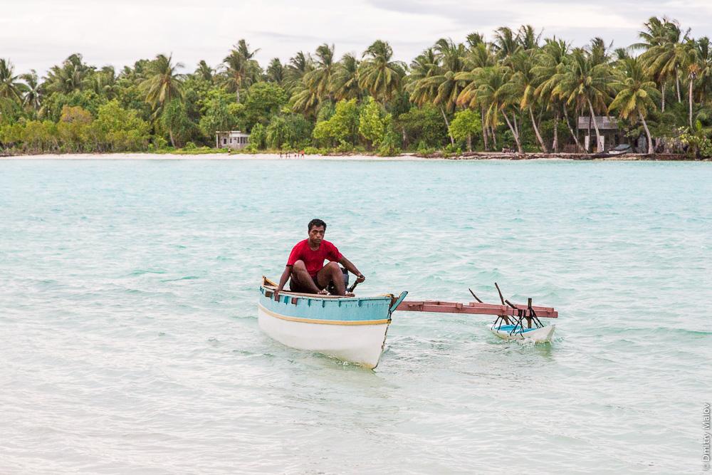 Паромщик на каное с балансиром между Южной и Северной Таравой. An outrigger canoe ferry between South and North Tarawa. Атолл Тарава, Кирибати, Микронезия. Tarawa atoll, Kiribati, Micronesia.