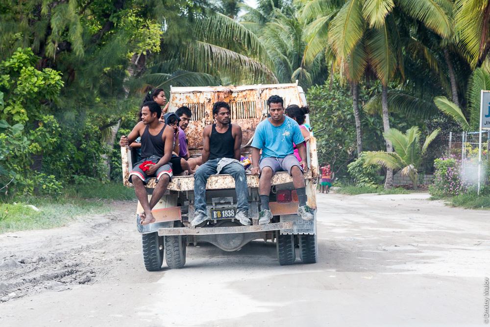 Дорога вокруг атолла Тарава. Пассажиры в грузовике. The main road around Tarawa atoll. Passengers in the truck. Южная Тарава, Кирибати, Микронезия. South Tarawa, Kiribati, Micronesia.