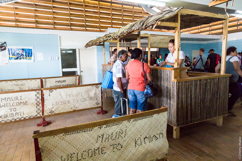 Mauri. Welcome to Kiribati. Прибытие в международный аэропорт Кирибати, атолл Тарава. Пассажиры на стойке пограничиников. Bonriki International Airport arrival, atoll of Tarawa, Kiribati. Passengers at an immigration desk.