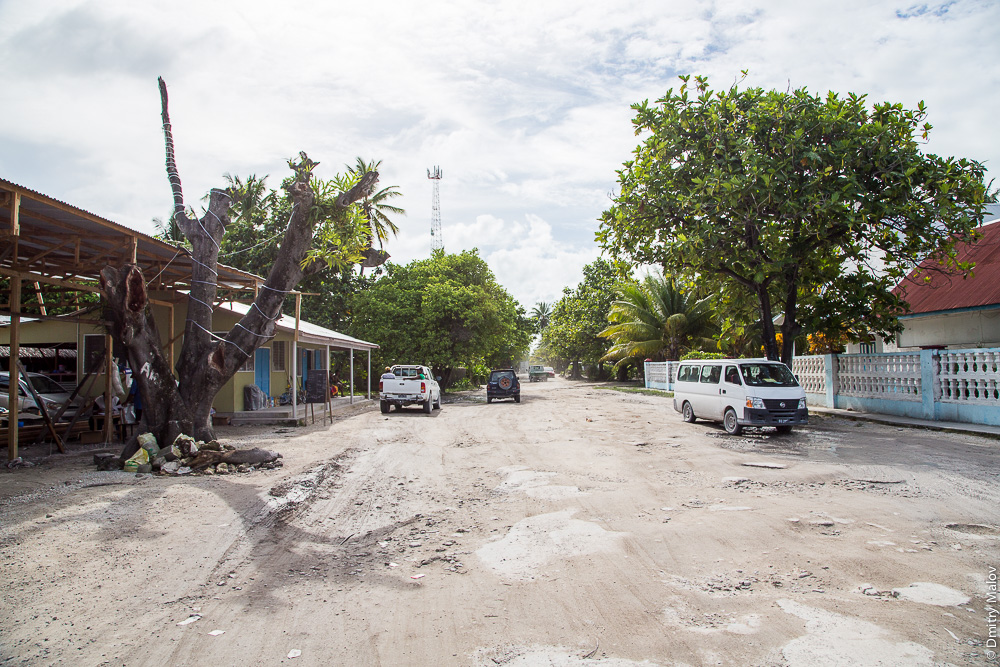 Городские дома. Главная дорога вокруг атолла, Южная Тарава. The main road around atoll in South Tarawa in a town. Кирибати, Микронезия. Kiribati, Micronesia.