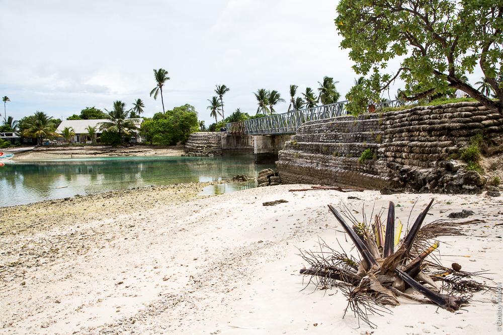 Дорога вокруг атолла Тарава. Мост между островками моту в Южной Тараве. The main road around Tarawa atoll. A bridge between islets (motu) in South Tarawa. Кирибати, Микронезия. Kiribati, Micronesia.
