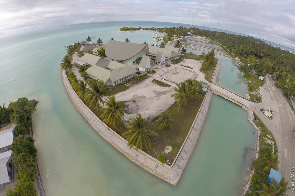 Парламент Кирибати, аэрофото, вид сверху, фото с дрона. Kiribati Parliament House aerial drone foto. Атолл Тарава, Кирибати, Микронезия. Tarawa atoll, Kiribati, Micronesia.
