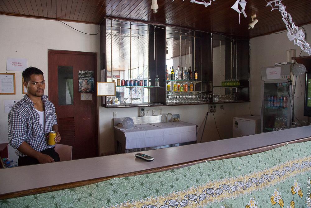 Деревня Ваиаку, атолл Фунафути, Тувалу. Vaiaku village, Tuvalu. Vaiaku Lagi Hotel bar. Бар в гостинице.