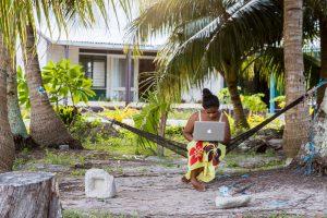 Фото с Тувалу. Полинезийка с макбуком в гамаке