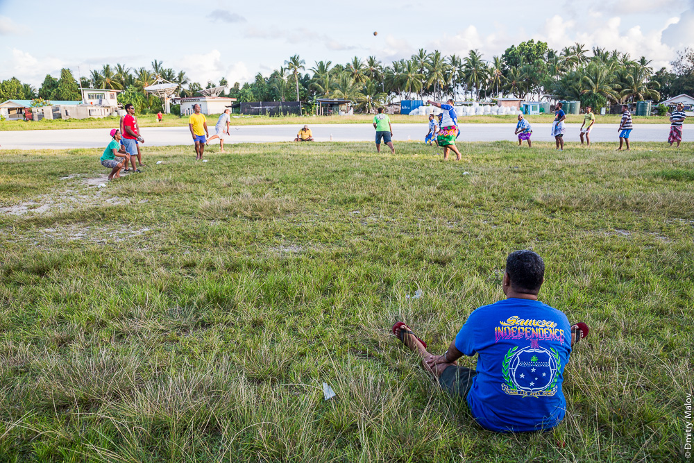 Te Ano ball game at airstrip, Tuvalu. Игра с мячом Те Ано на взлётно-посадочной полосе аэропорта, атолл Фунафути, Тувалу