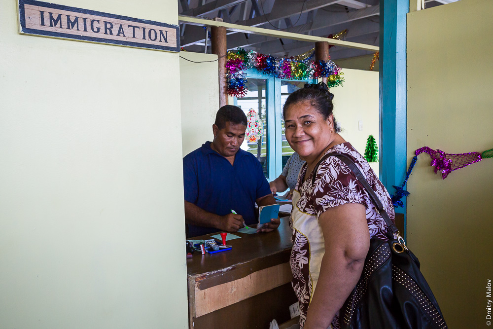 Стойка иммиграции/пограничников, аэровокзал Фунафути, Тувалу. Immigration counter, Funafuti airport, Tuvalu.