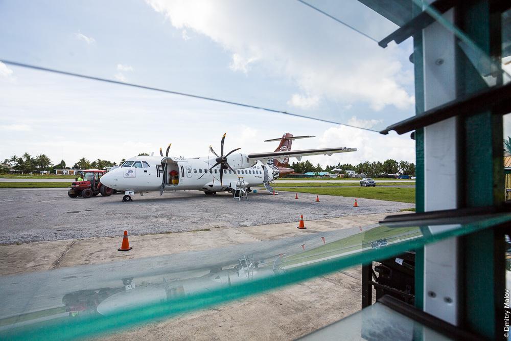 Самолёт ATR 42-600 (DQ-FJY) в аэропорту Фунафути, Тувалу. Airplane ATR 42-600 (DQ-FJY) in Funafuti airport (IATA:FUN), Tuvalu. Fiji Link Airlines