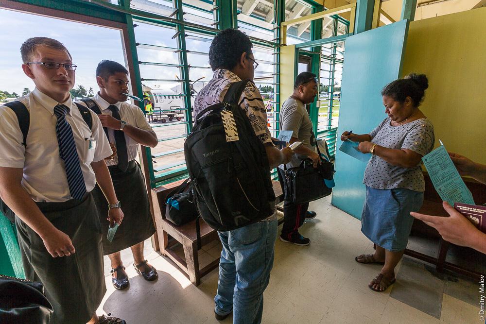 Мормонские проповедники в юбках. Иммиграционный контроль, аэровокзал Фунафути, Тувалу. Immigration control, Funafuti airport (IATA:FUN), Tuvalu. Mormon preachers wearing skirts