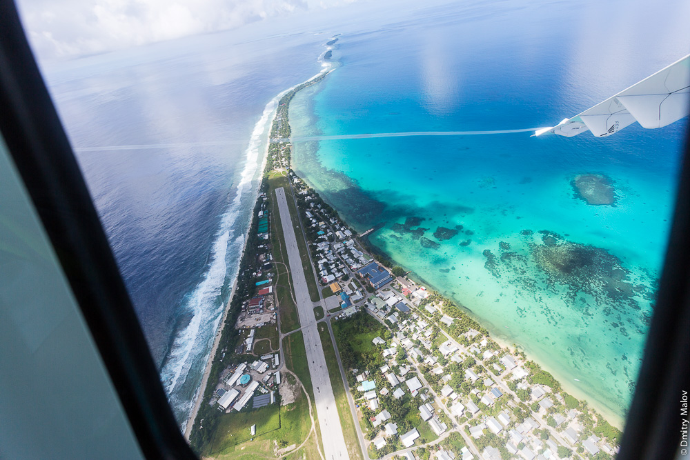 Вид с самолёта на атолл и аэропорт Фунафути, Тувалу. Aerial view of Tuvalu. The airstrip of Funafuti airport (IATA:FUN) and the atoll.