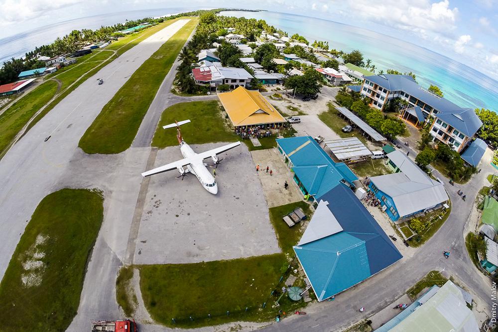 Самолёт ATR 42-600 (DQ-FJY) в аэропорту Фунафути, деревня Ваиаку, Тувалу. Аэрофотосъёмка с дрона. Airplane ATR 42-600 (DQ-FJY) in Funafuti airport (IATA:FUN), Vaiaku village, Tuvalu. Aerial drone foto.