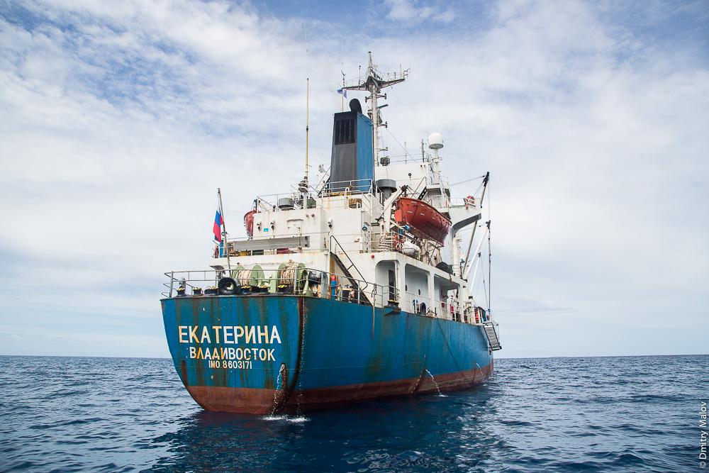 Судно Екатерина, Владивосток, IMO 8603171 в лагуне Тувалу. Vessel EKATERINA, Vladivostok, in the lagoon of Tuvalu