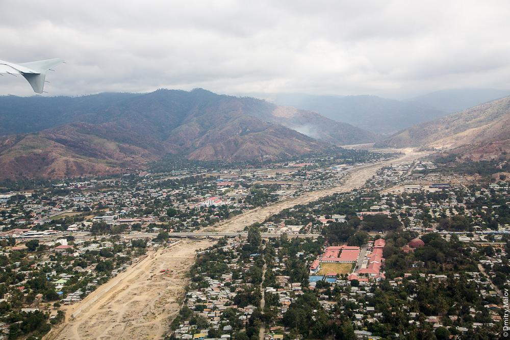 Восточный Тимор, столица Дили, вид с воздуха/с самолёта/аэрофотосъемка. East Timor, Timor-Leste, view of Dili from an airplane/aerial photography