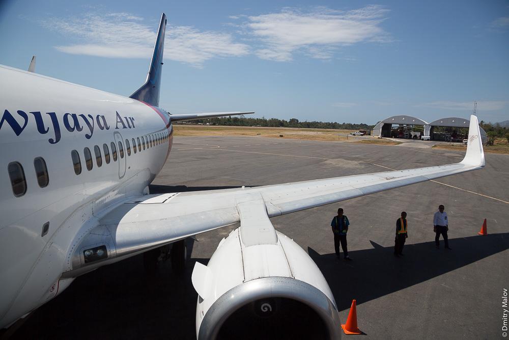 Indonesian Sriwijaya Air Boeing 737-500 reg.no. PK-CLN in Dili Presidente Nicolau Lobato International Airport (DIL), East Timor, Timor-Leste. Боинг индонезийской авиакомпании в международном аэропорту Дили, Восточный Тимор