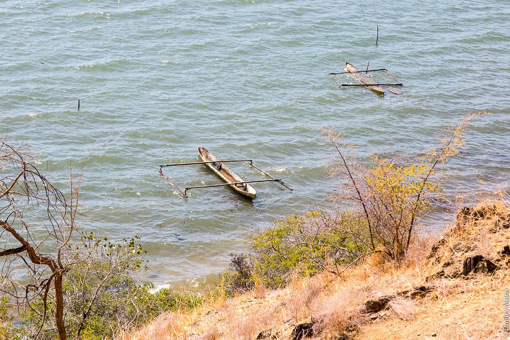 Восточный Тимор, обрыв, океан, море, природа, деревья, каное с балансиром. East Timor, Timor-Leste, ocean, sea, beach, outrigger canoe, trees,
