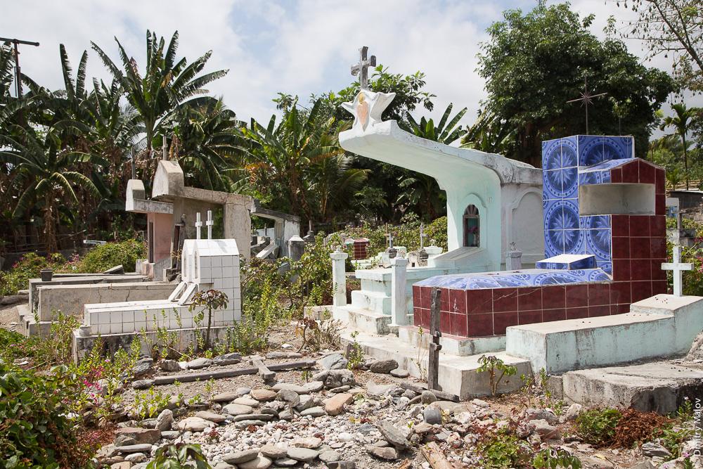 Могилы с крышами на кладбище посёлка Маубара, Восточный Тимор