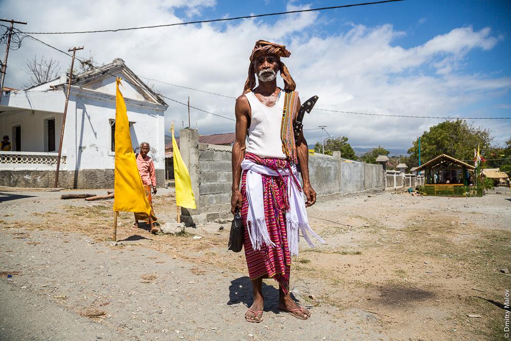 Мужчина-житель Восточного Тимора в национальном костюме-юбке