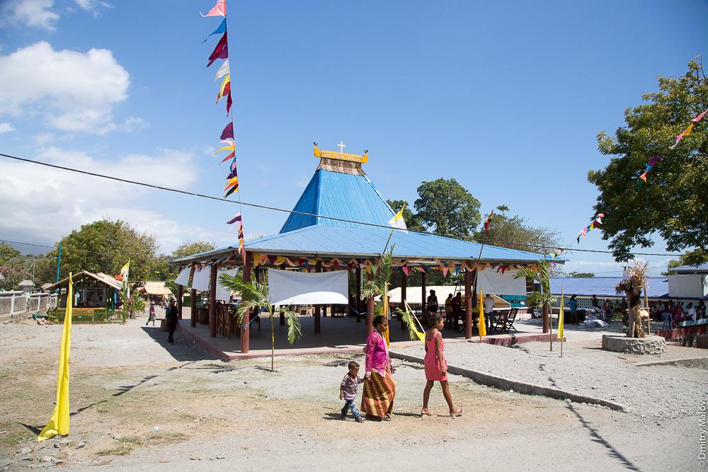 Павильон, украшенный флагами и ветвями в честь приезда высокого гостя, Восточный Тимор