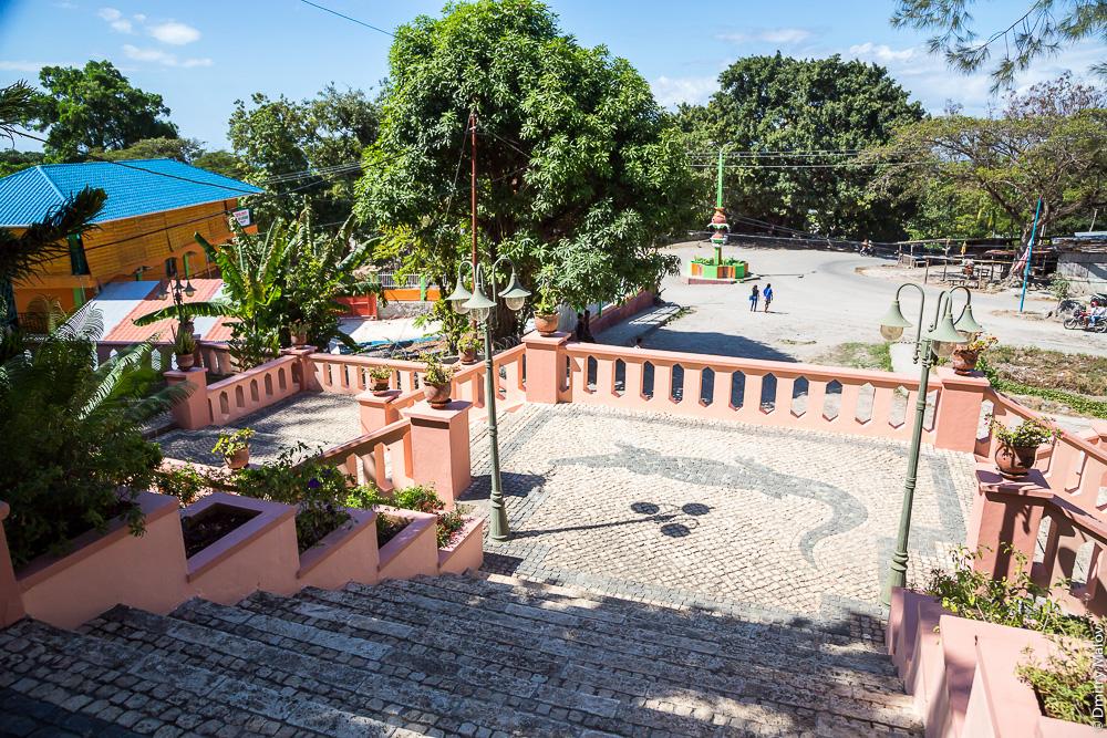 Парадная лестница с мозаикой Гребнистый крокодил португальской колониальной Пусада Баукау. Pousada de Baucau