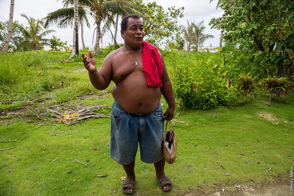 Житель острова Яп с сумочкой для ингредиентов бетеля, Микронезия