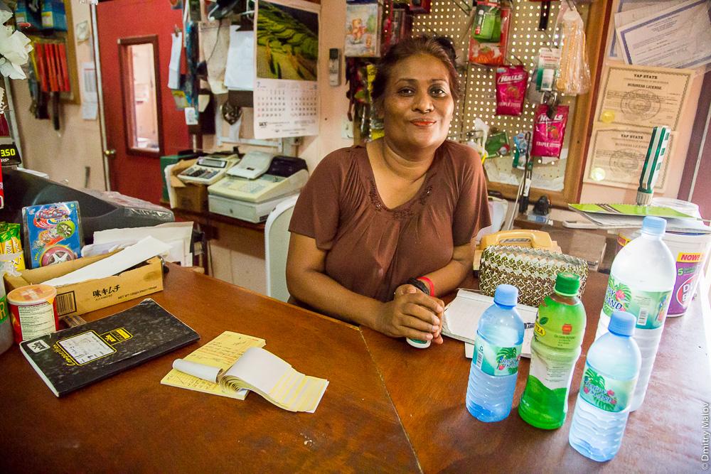 Красная слизистая рта - признак потребителей бетеля. Женщина с красным ртом - потребительница бетеля