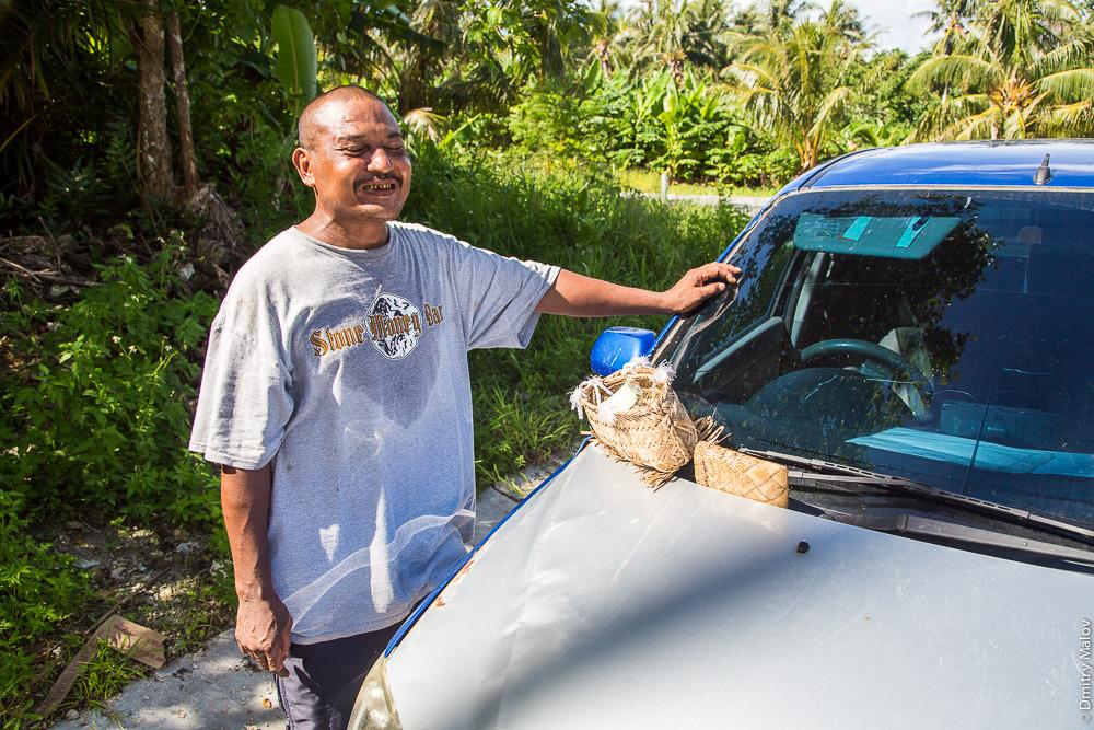 Житель острова Яп, потребитель бетеля, с сумочкой для ингредиентов бетеля, Микронезия