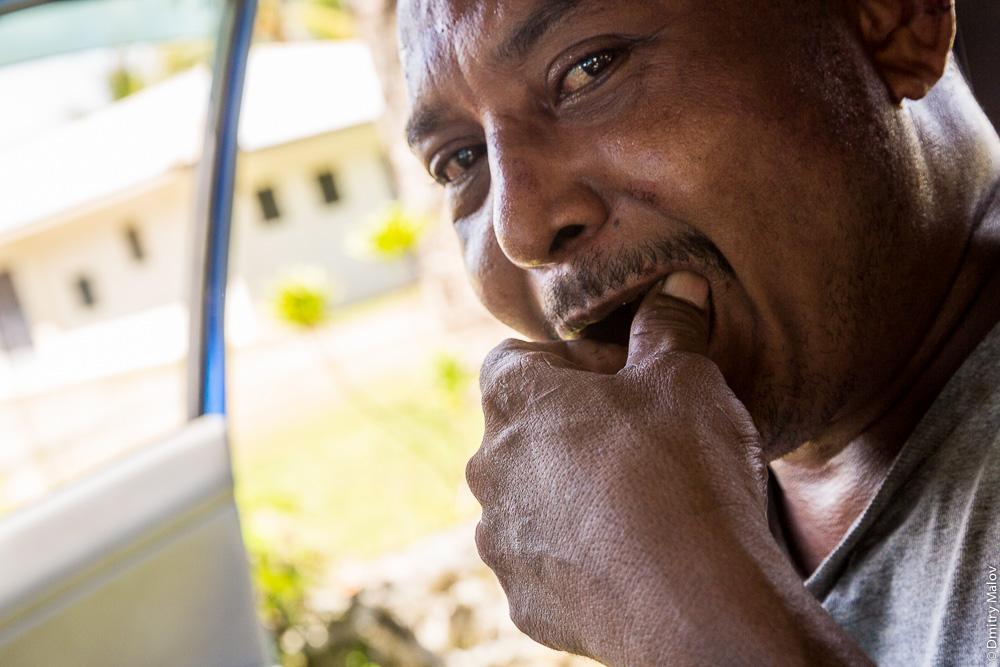 Местный житель острова Яп, Микронезия отправляет бетель в рот